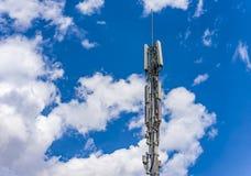 Zelluläre Antenne gegen Telekommunikation des blauen Himmels Lizenzfreies Stockbild