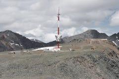 Zellulärer Turm auf den Berg Die Höhe 3000 Meter Altai, Russland Stockfotos