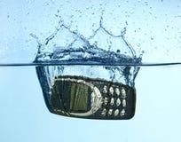 Zellulares Spritzen in Wasser Stockfoto