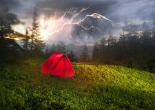 Zelt über dem Dorf von Verkhovyna Lizenzfreie Stockfotos