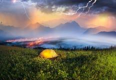 Zelt über der alpinen Stadt Lizenzfreie Stockfotografie