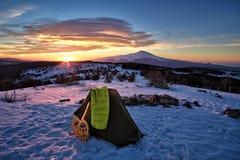 Zelt auf dem Schnee und Etna Mount At The Sunrise stockfotografie