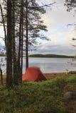 Zelt auf dem Ufer des Sees Lizenzfreie Stockfotos