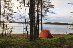 Zelt auf dem Ufer des Sees Lizenzfreies Stockfoto