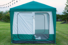 Zelt auf der Rasenfläche Stockbild