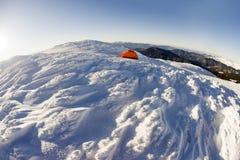 Zelt auf die Winteroberseite stockfotos