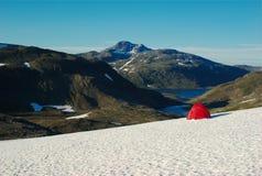 Zelt auf Schnee Stockbild