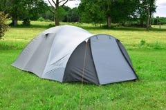 Zelt auf Wiese stockfotografie