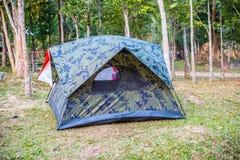 Zelt, das auf dem Berg kampiert lizenzfreies stockbild