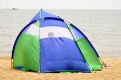 Zelt, das auf dem Strand kampiert Stockbild