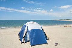 Zelt, das auf dem Strand kampiert Lizenzfreie Stockbilder