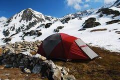 Zelt, das in den Bergen Rumänien kampiert Stockfotos