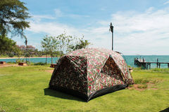 Zelt, das in der Küste kampiert Stockbild