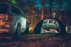 Zelt, das im Wald kampiert stockfotos