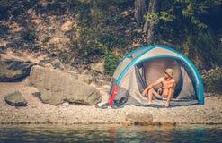 Zelt, das am See kampiert stockfoto