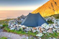 Zelt in den Bergen Stockbild