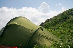 Zelt in den Bergen nach Regen Stockfotografie
