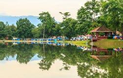Zelt an der Flussuferpartei Lizenzfreies Stockfoto