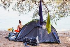 Zelt durch die Küste, Kroatien Lizenzfreie Stockbilder