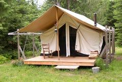 Zelt im Holz Stockfotografie