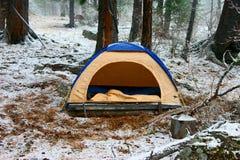 Zelt im Schnee Stockbild