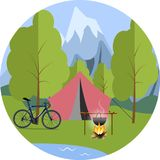 Zelt im Wald, ein Fahrrad und ein Topf auf dem Feuer Stockbilder