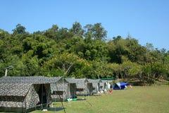 Zelt installiert im üppigen grünen Campground Lizenzfreies Stockfoto