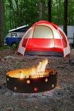 Zelt mit Lagerfeuer an sättigen Park Lizenzfreie Stockfotos