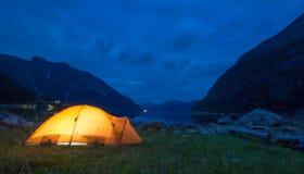 Zelt nachts in Norwegen Stockfotografie
