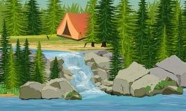 Zelt nahe einem kleinen Wasserfall im wandernden und kampierenden Tannenwald lizenzfreie abbildung