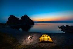Zelt nahe Seeufer Stockbilder