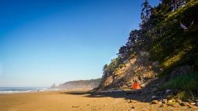 Zelt am Strand durch Klippe lizenzfreies stockfoto