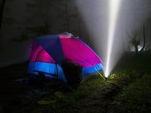 Zelt und Blitzlicht im Nebel Stockbilder