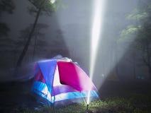 Zelt und Blitzlicht im Nebel Lizenzfreie Stockfotografie