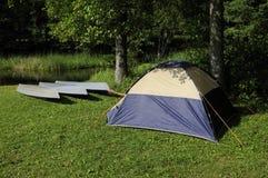 Zelt und Boote Stockfotografie
