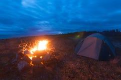 Zelt und Feuer auf dem bech von weißem Meer Stockfotos