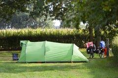 Zelt und zwei Fahrräder nahe bei einem Maisfeld lizenzfreie stockbilder