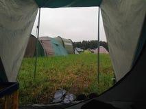 Zeltausblick auf einem Lager während des Regens Lizenzfreies Stockfoto