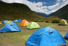 Zelte auf Wiese Stockbild