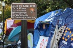 Zelte der Beschäftiger mit kampierendem verbotenem Zeichen Lizenzfreies Stockbild