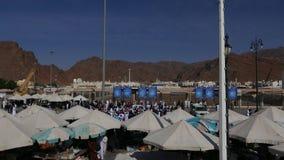 Zelte, die den Arabergeschäftsmännern verkaufen verschiedenes gutes an Besucher des Kampfes von Uhud gehören stock video