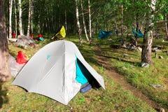 Zelte im Holz. Stockfoto