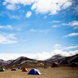 Zelte in Island auf einem Gebiet Stockfotos