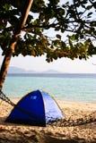 Zelte und Feldbett auf dem Strand versanden das Kampieren Lizenzfreie Stockbilder