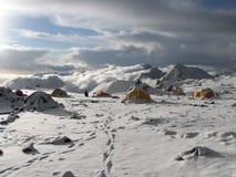 Zelte unter Schnee im Lager, Anden Stockfoto