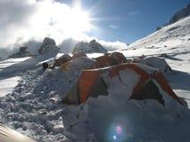 Zelte unter Schnee im Lager, Anden Stockfotos