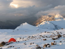Zelte unter Schnee im Lager, Anden Stockfotografie