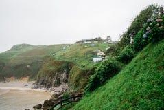 Zeltlager auf dem Hügel beim Atlantik Lizenzfreie Stockbilder