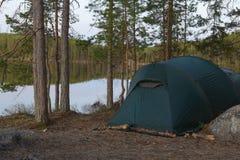 Zeltlager im Wald Stockbild