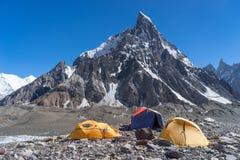 Zeltplatz an Concordia-Lager mit Gehrungsfugenspitze, K2 Wanderung, Pakistan lizenzfreie stockfotografie